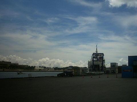 那覇港に停泊するよこすか