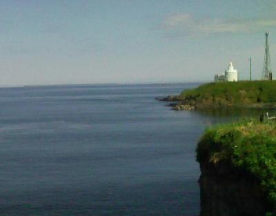 納沙布岬灯台と貝殻島を望む